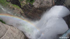 大迫力! 黒部ダムで夏の観光放水が始まる