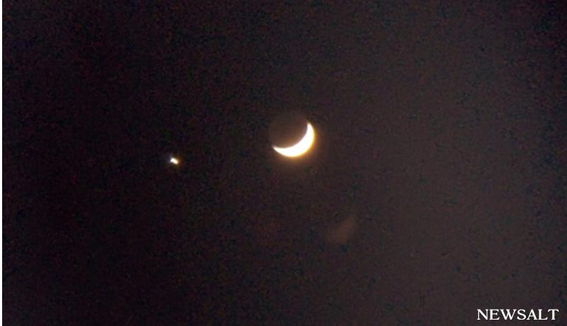三日月に寄り添う「宵の明星」