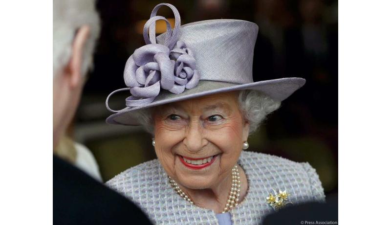 英エリザベス女王、ゾウと対面