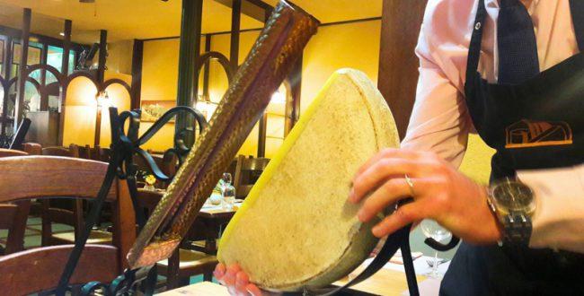 仏ストラスブールのチーズレストランで食べるラクレット