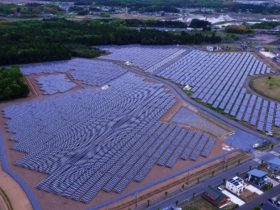 ドローンを使った太陽光パネル点検、工数を3分の1に短縮