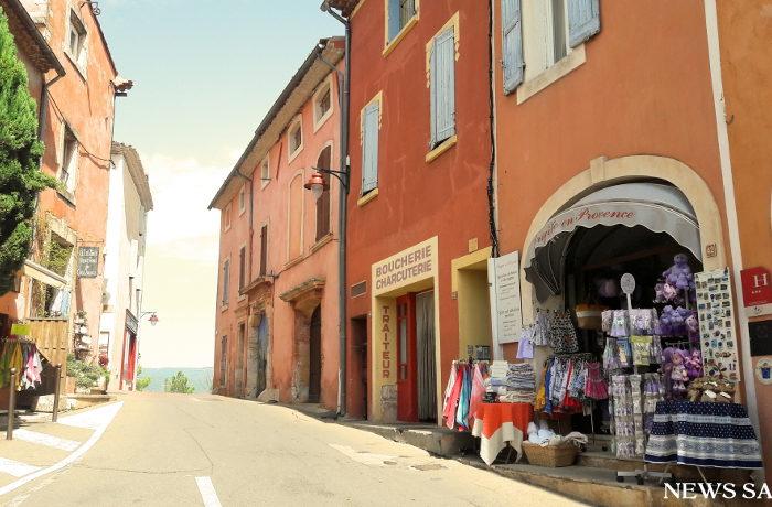 フランスの「最も美しい村」(4)赤みがかった建物が立ち並ぶ村ルシヨン