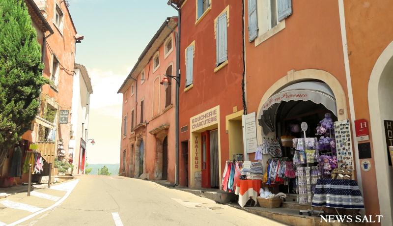 フランスの「最も美しい村」 赤みがかった建物が立ち並ぶ村ルシヨン