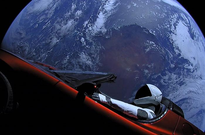 スペースX、大型ロケット打ち上げ成功 赤い車が火星へ飛行中