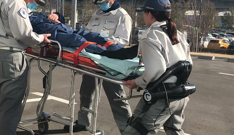 筑波大学発ベンチャー開発のロボットスーツ、救急隊員をサポート