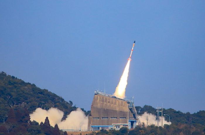 小型ロケット打ち上げに成功 超小型衛星「たすき」