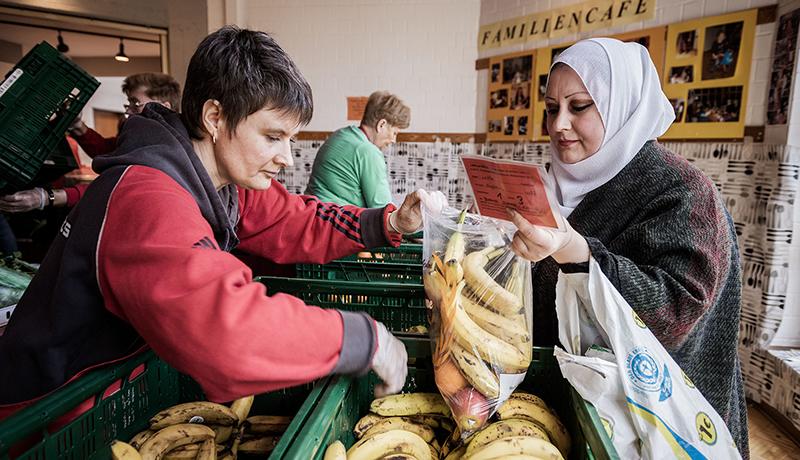ドイツのフードバンクが「外国人排除」を撤廃 シングルマザーなど優先
