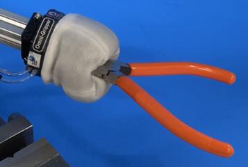ナイフもつかめる柔軟ロボットハンド 極限環境での活用に期待