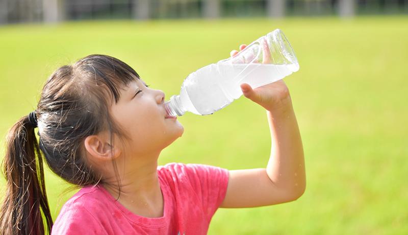 子どもの熱中症対策 水分補給のタイミングやカフェインに注意