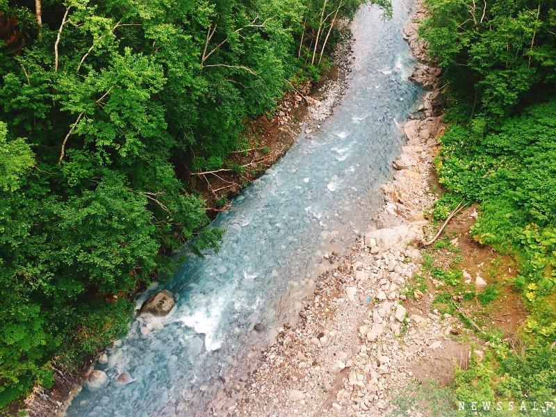 白ひげの滝と美瑛川 ブルーリバーに注ぐ湧水の白