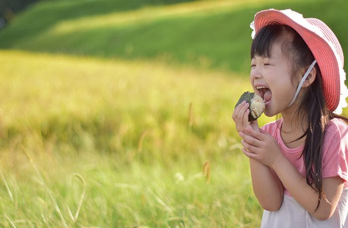 おにぎりの写真投稿で、世界の子どもたちに100万食の給食提供