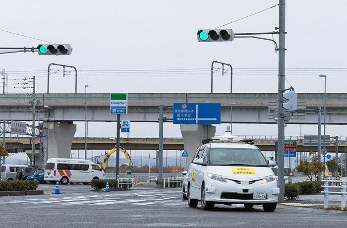 日本初、遠隔型自動運転車両への信号情報送信 DeNAなどが実証実験
