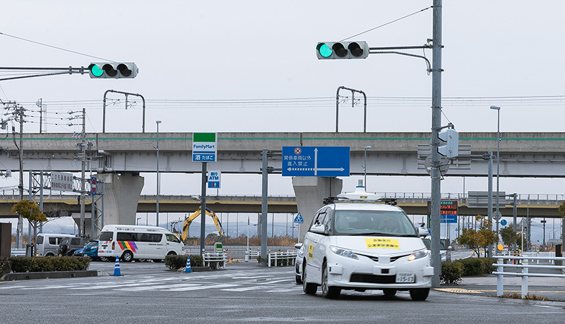 日本初・携帯電話網を用いて遠隔型自動運転車両に信号情報を送信