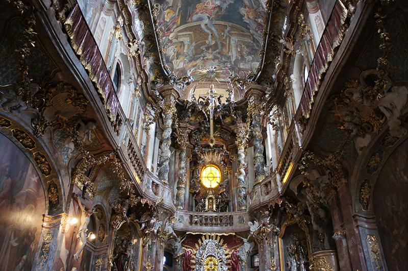 ミュンヘン市街中心部にある異世界への扉 アザム教会